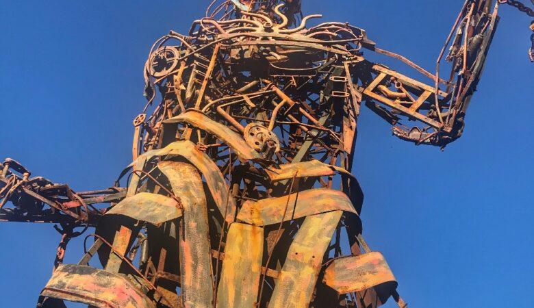 Monumento Indio Querandí de Punta indio desde abajo